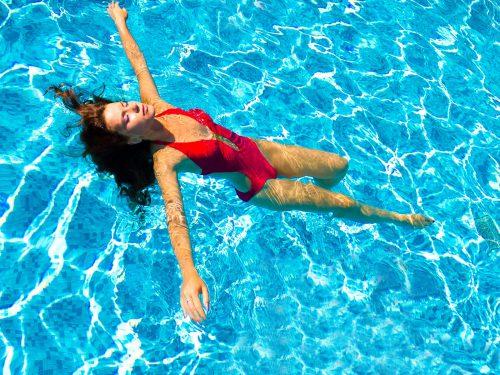 Die Beste Sportart - Auch Bei Starken, Chronischen Rückenproblemen - Ist Schwimmen. Es Stärkt Ausdauer Und Muskeln Und Ist Gelenkschonend Durch Die Verminderte Schwerkraft Im Wasser. Foto: (c) Vibrant Image Studio - Shutterstock.com