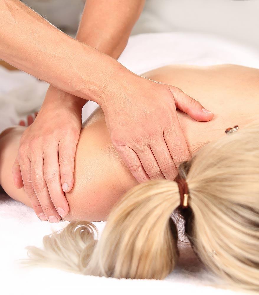 Chirotherapeutische Anwendungen sind bei der Therapie von Problemen mit der Halswirbelsäule ein wichtiger Faktor. Foto: (c) RioPatuca Images - fotolia.com